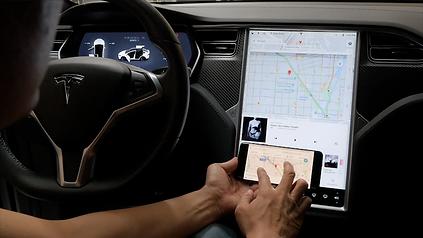 Extreme Autowerks Tesla Screen Mirroring 6
