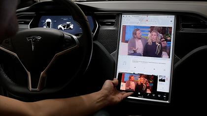 Extreme Autowerks Tesla Screen Mirroring 4