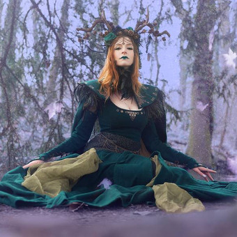 queen_of_elves_by_the_forest_and_falling