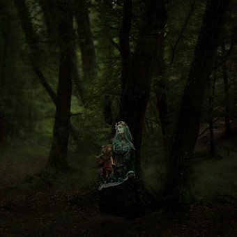 gothic_princess_in_a_poisonous_forest_wi