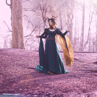 queen_of_elves_at_the_shore_of_the_lake_