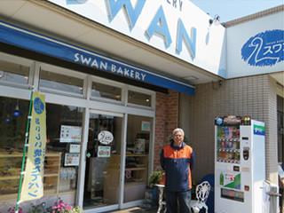 スワンベーカリー湘南店の前に立つ比企野雄二社長