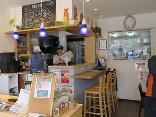 店内はカフェがありランチも提供している