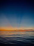 Rayons bleus sur ciel de feu