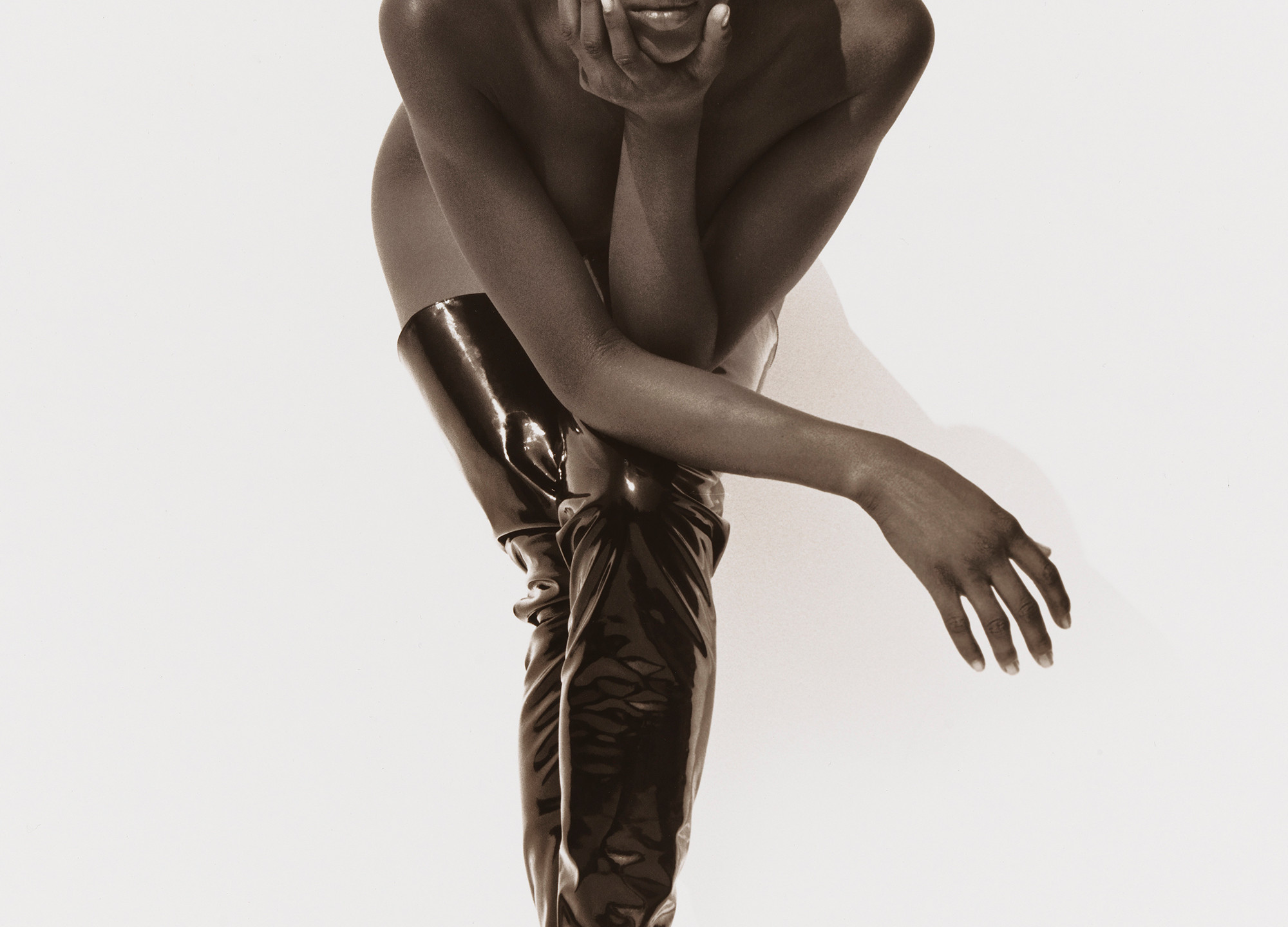 19-naomi-campbell-face-in-hand-hollywood-1990