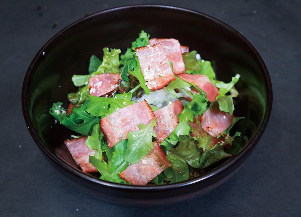 炙りベーコンと地産野菜サラダ