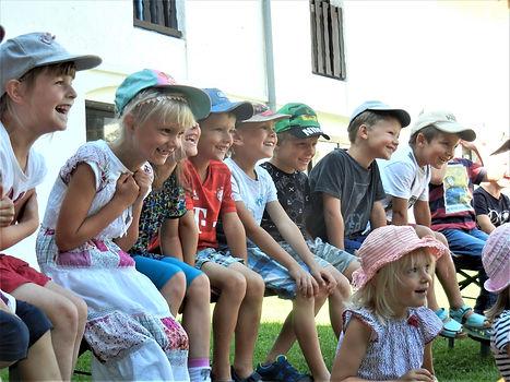 Herzhaft lachende Kinder bei der Vorführung .JPG