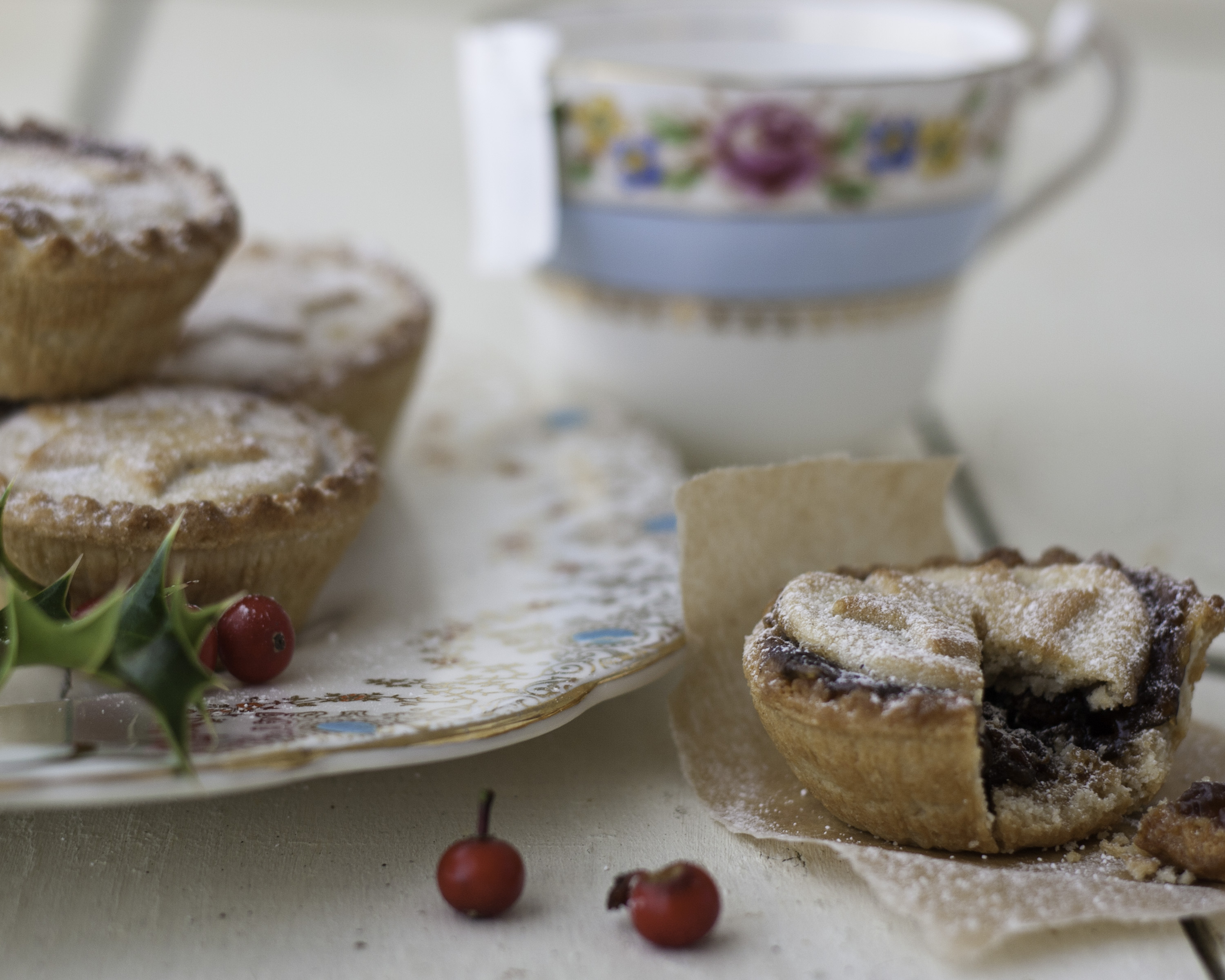 Mince Pies with Christmas Holly, White Bagrownd