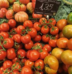 Gorgeous little gems 👌 #tomatoes #tomate #verduras #mercado #spain #travel #catalunya #healthyfood