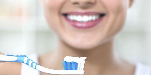 Mujer_cepillándose_los_dientes.jpg