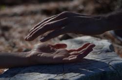 handen over elkaar_edited