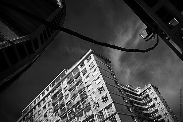 Photographie en noir et blanc d'un bâtiment