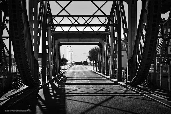 Photographie en noir et blanc sur un pont