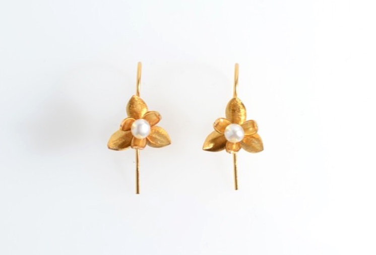 Pearl on Lily Gold Earrings