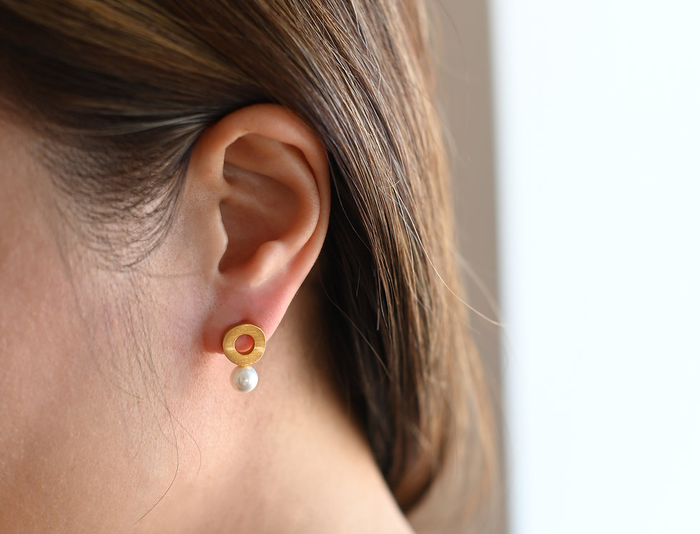 Gold stud earrings white pearl