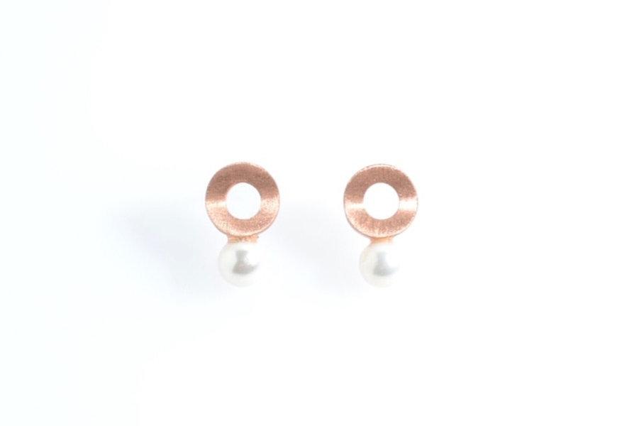"Rose Gold ""O"" White Pearl Earrings"