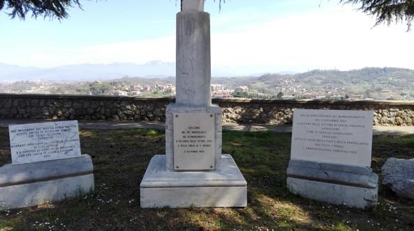 Particolare del moumento ai caduti sul sito della vecchia chiesa