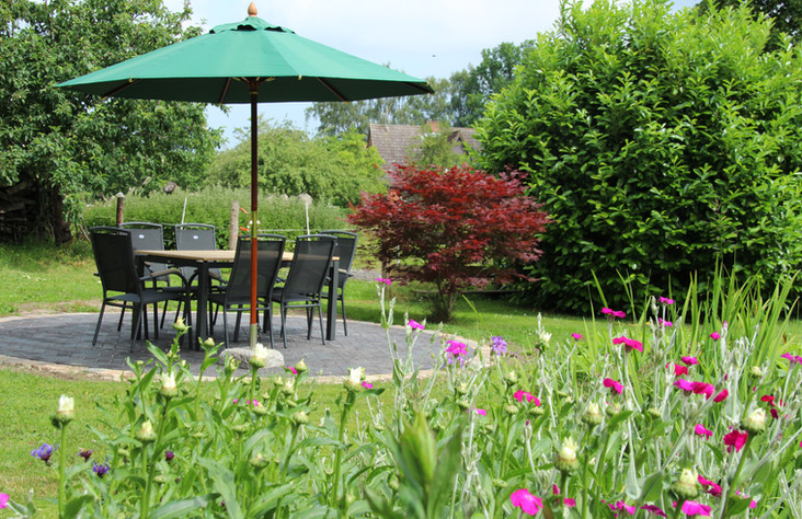 schöne Sitzecke im Garten