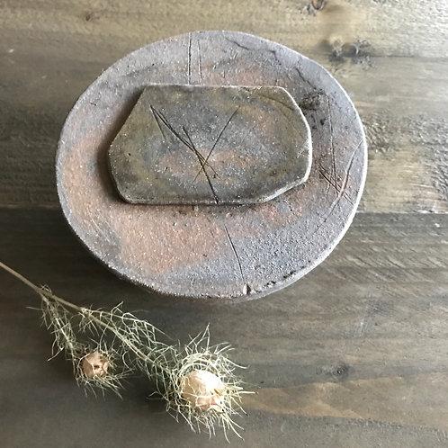 Kleine ronde roest-bruin-witte urne