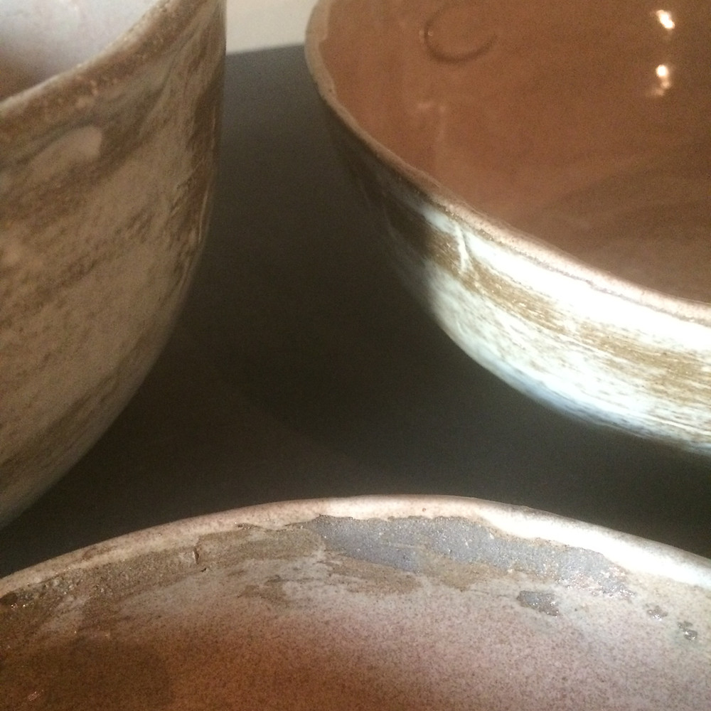 Detail, aan de binnenkant zie je de klei terug verschijnen doorheen het glazuur.