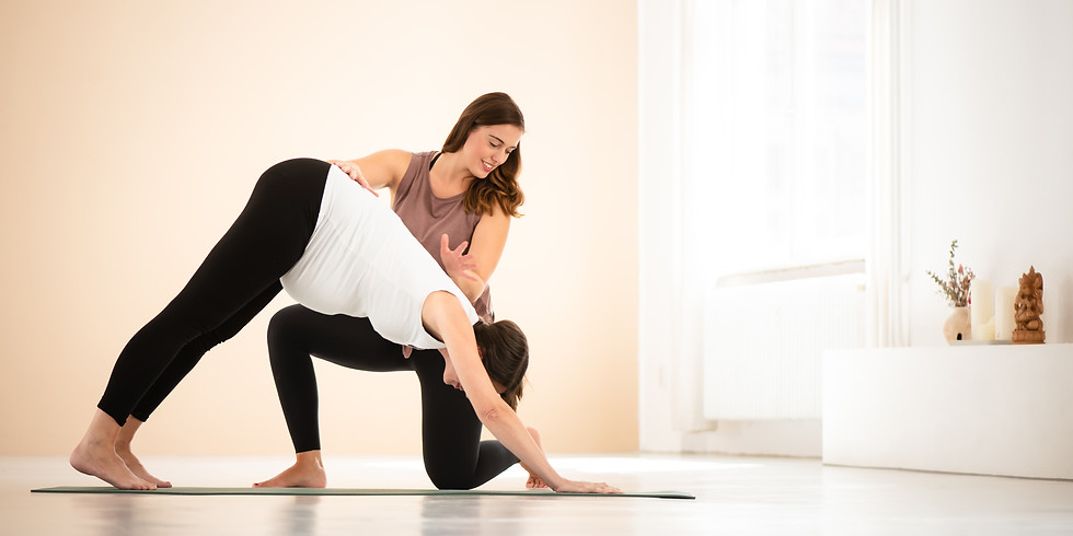 Pränatal Yogakurs vor Ort & Online - Yoga für Schwangere mit Daniela