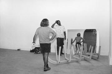 """montagem da exposição """"Arte Contemporânea [2000-1] Pernambuco"""". MAMAM, 1999"""