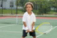 Мальчик держит ракетку