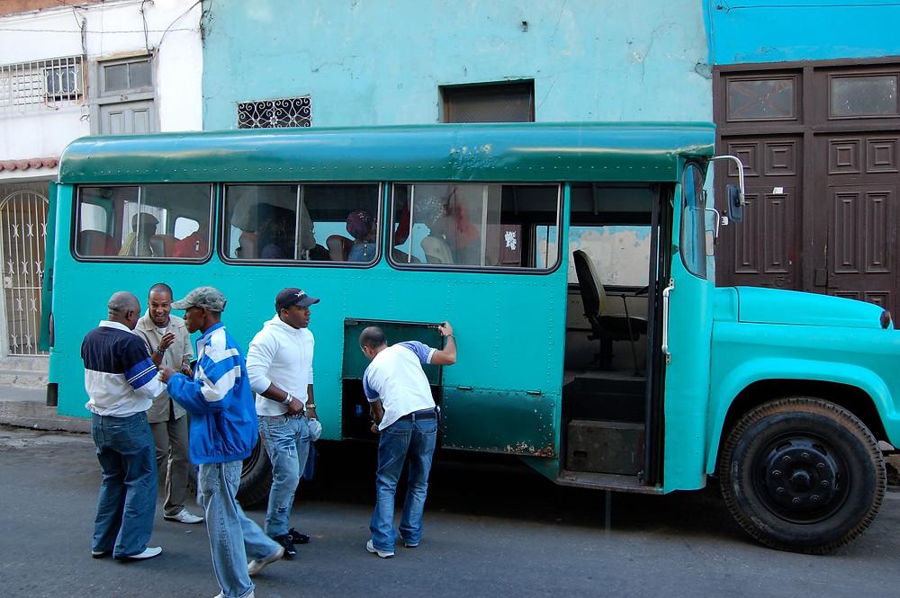 Keikkabussi, jolla matkustettiin Havannaan