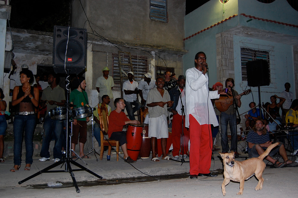 Juhla Ramonin talon edustalla Santiago de Cubassa 2008