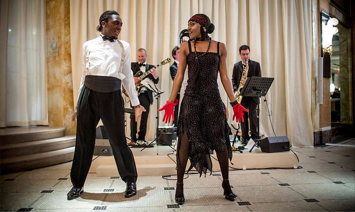 Une soirée festive réussie avec notre Jazz Band accompagné des danseuses pour une soirée typée The Great Gatsby le Magnifique. Pour vos cocktails, Bar Mitzvah, Soirées privées, Mariages et Evènementiels Corporate Entreprises.