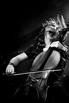 Un Show hors du commun avec un violoncelliste rock dans le style de 2 Cellos. Un artiste musicien MyLive Artists pour vos events,soirée privées et entreprises.