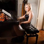 Notre pianiste professionnelle charmera vos invités avec son élégance et son repertoire Jazz, Pop, Chanson Française et musique classique. pour vos cocktails, Bar Mitzvah, Soirées privées, Mariages et Evènementiels.