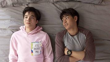 ベッドで語り合う男子二人