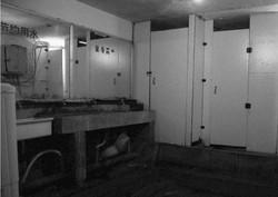 约40人共用两个厕所和一个收费淋浴间