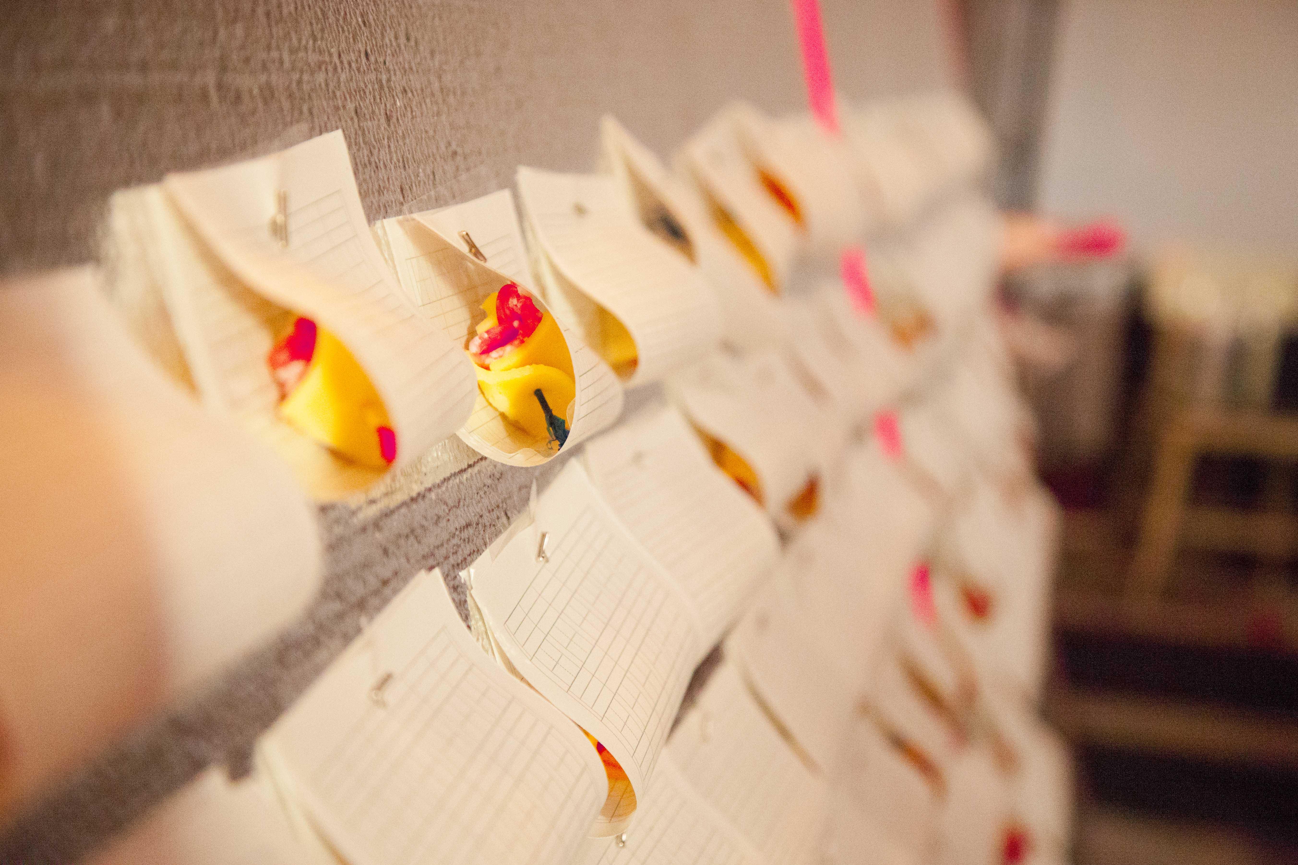 《奖励 Award》2015,纸,牙签,针,塑料纸,切达奶酪,香肠,