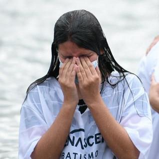 Renascer batiza mais de mil pessoas em um único dia