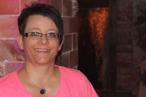 Tanja Wahlen Portraitbild mit einem rosa-farbigen Oberteil
