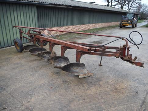 IH 5 Bottom semi-mounted plow
