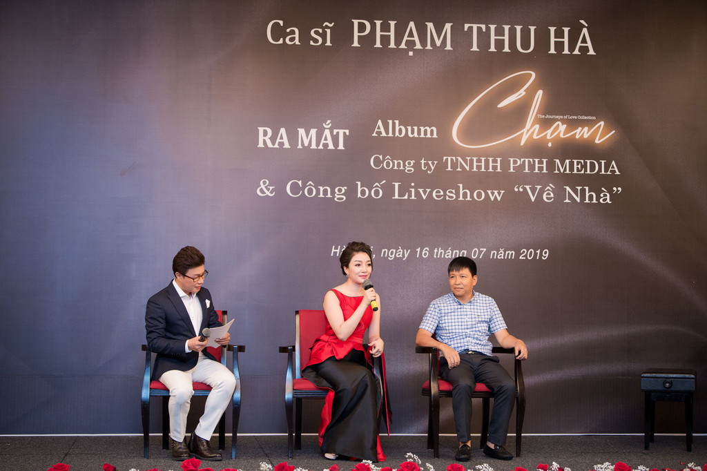 12. Pham Thu Ha va dai dien nha tai tro