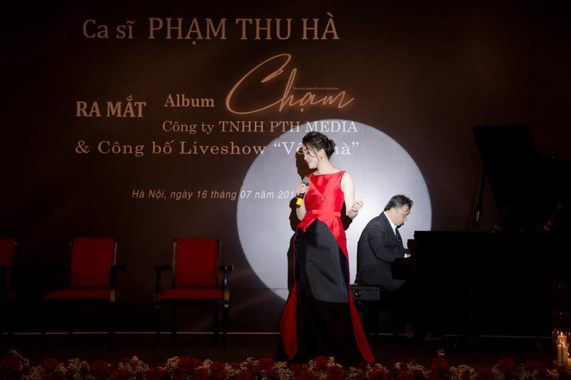 11. Pham Thu Ha the hien ca khuc Em di r