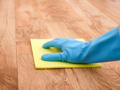 Nettoyer les taches sur un parquet vitrifié