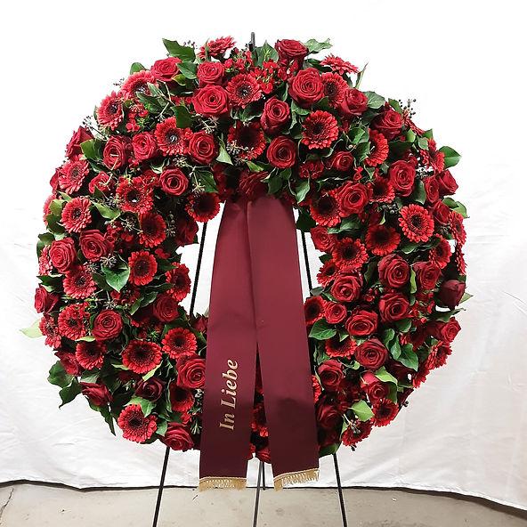 Kranz mit roten Rosen und Gerbera.jpg