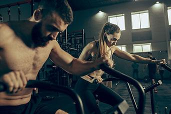 hombre-mujer-ejercicios-gimnasio_155003-