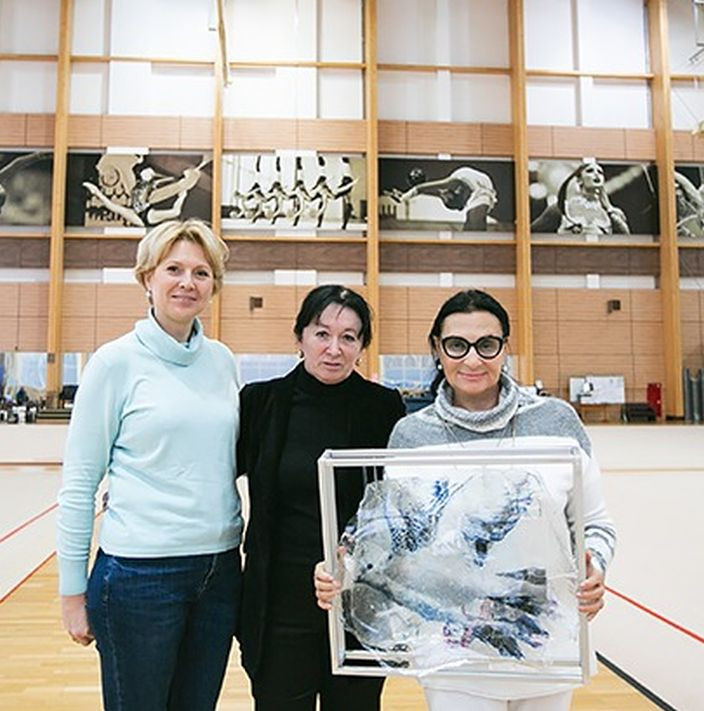 "Irina Viner-Usmanova and the sculpture ""Dove of Peace"" by Ulrike Bolenz"