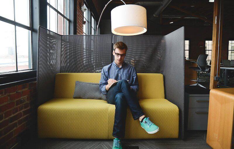 Freelancer werkt aan online klanten werven