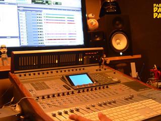 Em estúdio para gravar uma nova versão