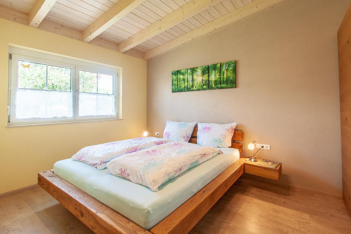Schlafzimmer mit massiven Balkenbett