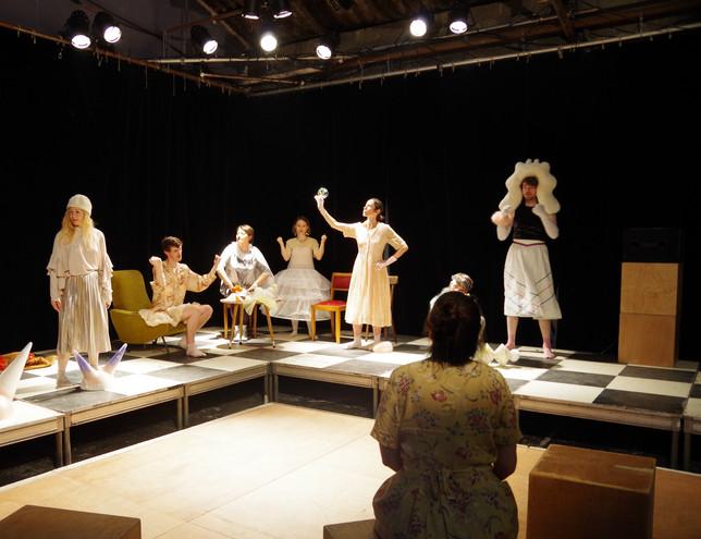 Performance de Leticia Martinez Perez dans le cadre de son exposition Agradecida y emocionada
