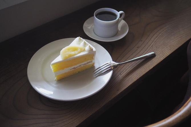 桃のショートケーキと桃のラッシー
