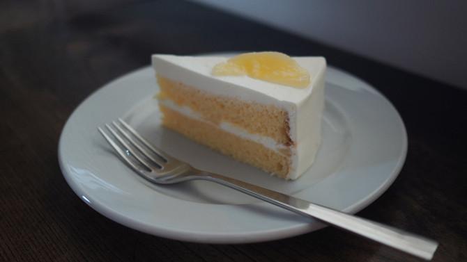 桃のショートケーキ と桃のラッシー